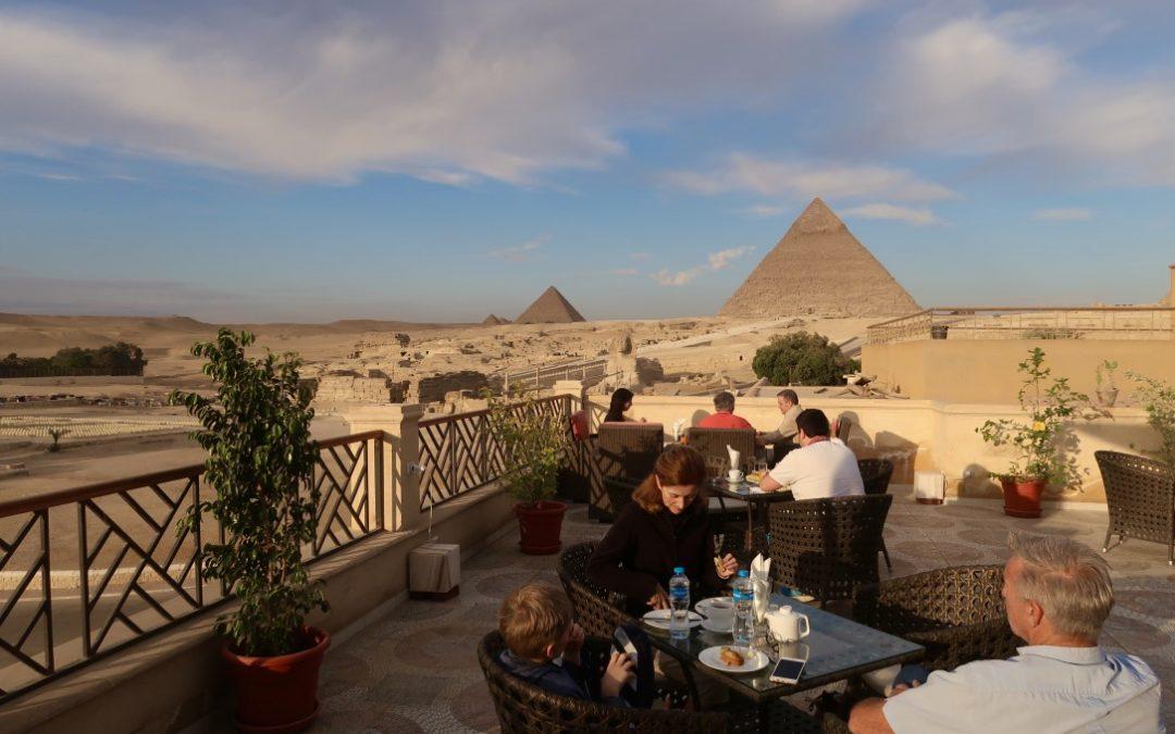 Petit déjeuner face aux Pyramides de Gizeh